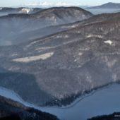 Zamrznutý Ružín s Tatrami v pozadí zo Sivca, Východné Slovensko