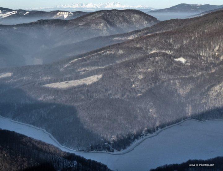 Zamrznutý Ružín s Tatrami v pozadí, Východné Slovensko