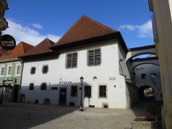 Miklušova väznica, Kam do mesta Košice